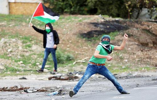 إصابات واعتقالات خلال مواجهات وإغلاق المزيد من الطرقات